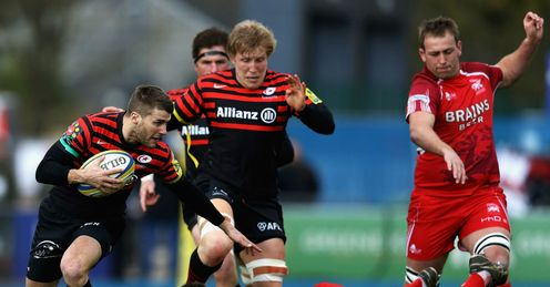 Richard Wigglesworth of Saracens beats the tackle from Tom Bristow of London Welsh