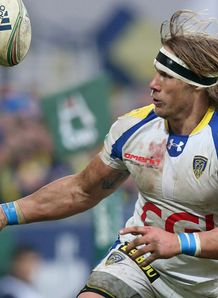 Clermont flanker Gerhard Vosloo catching a ball