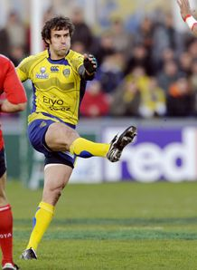 Clermont s Australian fly half Brock James C kicks v Munster 2008
