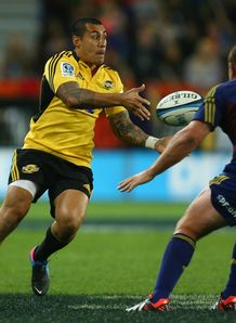 Hurricanes fly half Tusi Pisi passing