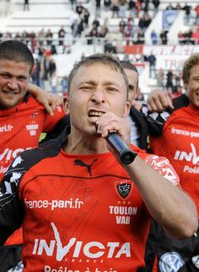 Pierre Mignoni sings Pilou Pilou after his last match in Toulon
