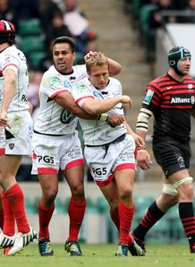 Toulon ten Jonny Wilkinson congratulated after his drop goal