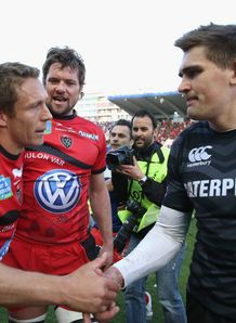 Toulon ten Jonny Wilkinson shaking hands with Leicester ten Toby Flood