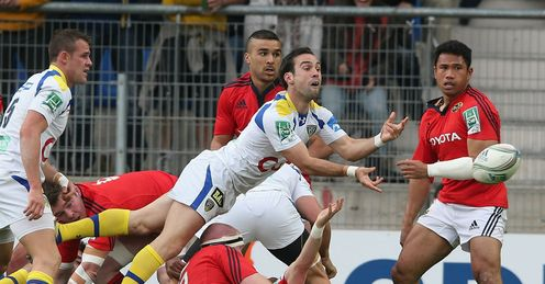 Morgan Parra of Clermont Auvergne passes the ball