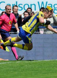 Clermont s French flanker Elvis Vermeulen scores