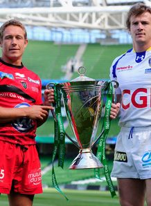 Toulon captain Jonny Wilkinson l and Clermont Auvergne captain Aurelien Rougerie pose with the Heineken Cup