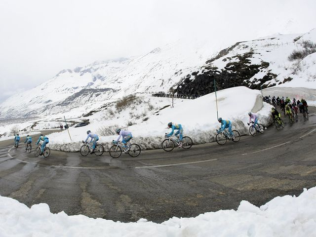 Stage 16 of the Giro d'Italia took the riders back up above the snowline for a second ascent of the Col du Mont Cenis