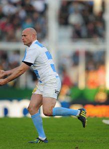 Argentina centre Felipe Contepomi passing