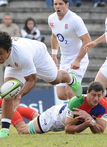 Billy Vunipola L of England gets past Antonio Ahualli of a South America