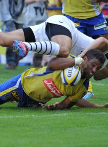 Clermont centre Wesley Fofana C scores v Toulouse