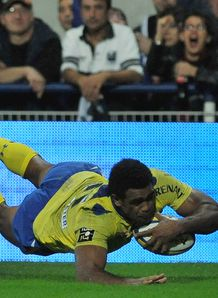 Napolioni Nalaga diving over for Clermont