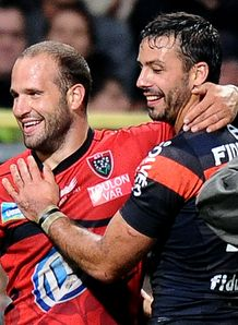 Toulon s scrum half Fred Michalak C speaks with Toulouse s fullback Clement Poitrenaud