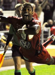 Toulon s fullback Delon Armitage scores during Top 14