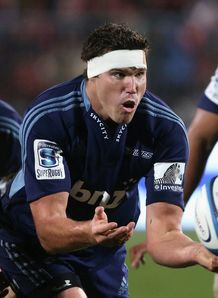 Culum Retallick of the Blues passes the ball