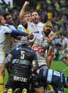 Clermont flanker Fritz Lee congratulated by teammates after scoring vs Racing Metro