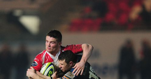 Gloucester scrum half Travis Knoyle breaks the tackle of Adam Warren