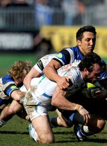 Bath centre Gavin Henson tackling Exeter full back Luke Arscott
