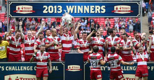 Sean O'Loughlin lifts the trophy after Wigan Warriors won the Tetley's Challenge Cup Final