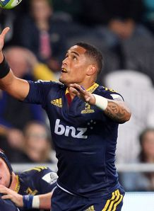 Highlanders scrum half Aaron Smith juggling ball