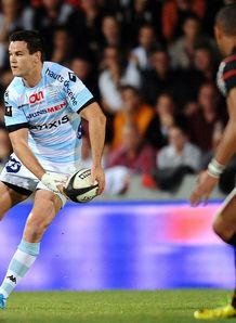 Racing Metro s fly half Jonathan Sexton passes the ball v Toulouse