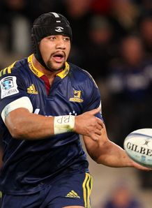 Highlanders number eight Nasi Manu passing