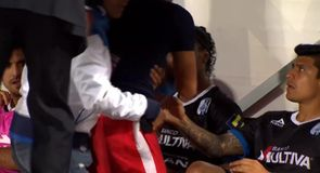 Pitch invader hugs Ronaldinho
