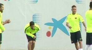 Neymar knees Suarez in the groin