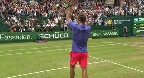 Federer triumphs in Halle
