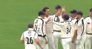 Sidebottom punishes Warwickshire