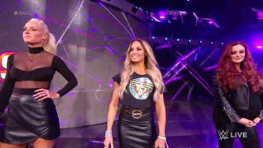 Female greats pop into Raw 25