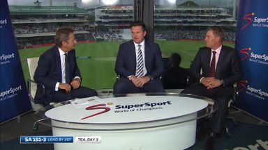 Smith and Warne react to ball incident