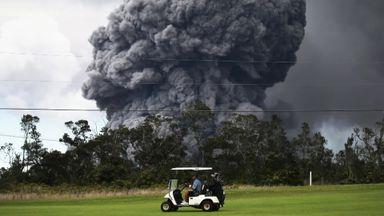 Golfers brave erupting volcano in Hawaii
